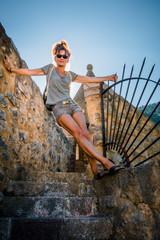 Femme sur les remparts du village de Villefranche de Conflent