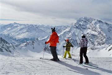 Familie ( Vater und 2 Kinder ) am Skifahren auf der Skipiste in den Bergen im Tirol, Österreich - Stubaier Gletscher
