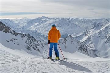 Skifahrer auf Stubaier Gletscher im Tirol in der Bergwelt mit Aussicht auf Tiroler Berge, Ötztal, Obergurgl, Sölden bis ins Kaunertal