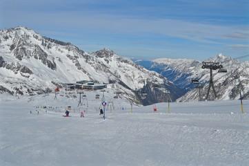 Skigebiet Stubaier Gletscher, mit Skipiste, Skilift - Sessellift und Eisgrat Bergstation mit Restaurant, Berge im Tirol in Österreich im Winter