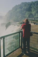 Turista fotografando nas Cataratas do Iguaçu