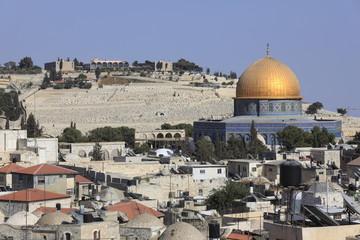 エルサレム旧市街街並みと岩のドームとオリーブ山