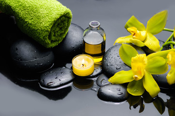 Photo sur Aluminium Spa spa concept –yellow orchid and green towel ,candle,oil