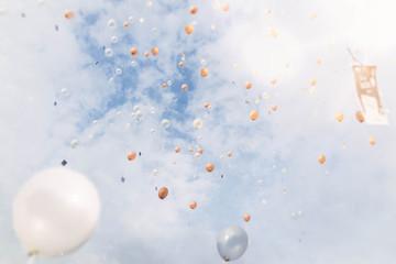 Fliegende Ballons mit Glückwünschen