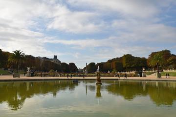 Grand bassin du jardin du Luxembourg en automne à Paris, France