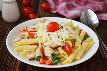 Pasta with spinach, chicken and tomatoes