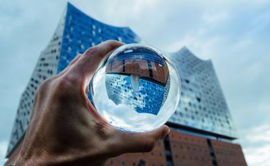 Hamburgs neues Wahrzeichen steht Kopf