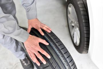 Radwechsel Autoreifen in der Werkstatt // tyre change