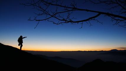 Donna al tramonto in montagna