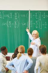 Frau als Mathe Lehrer an der Tafel