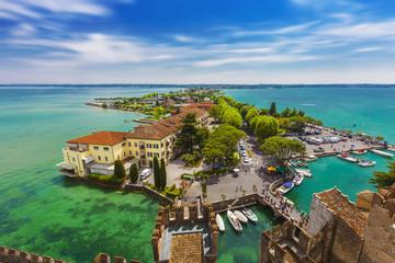 Gardasee, Blick von dem Castello Scaligero auf den Hafen von Sirmione, Brescia, Lombardei, Italien