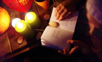 красивое фото ,свечи ,атмосфера ,релакс ,книга ,стихи ,ночь ,камушки ,осень
