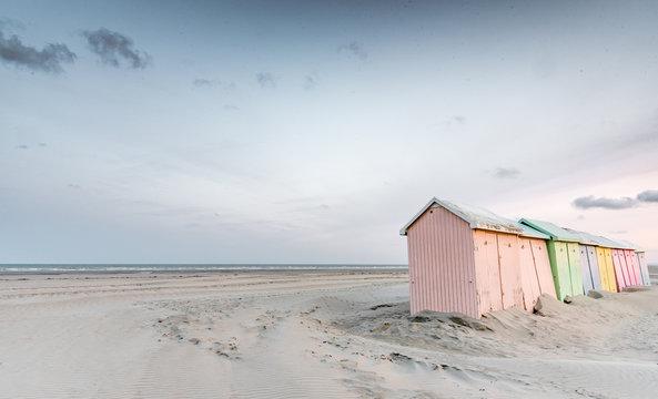 Cabines de bain multicolores alignées sur la plage déserte de Berck-plage au petit matin