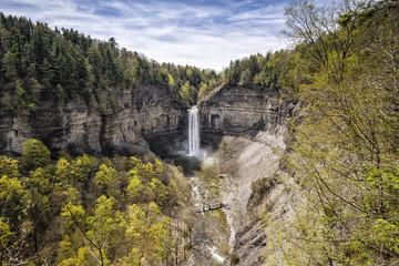 Cascada y cortados / Waterfall and cliffs