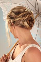 Frisur mit Blumen für Hochzeit