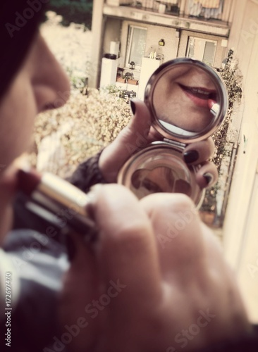 Donna che si trucca allo specchio stock photo and royalty free images on pic - Bambini che si guardano allo specchio ...