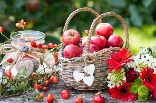 Herbstdekoration Mit Apfel Im Weidenkorb Herbstblumen Und Hagebutten