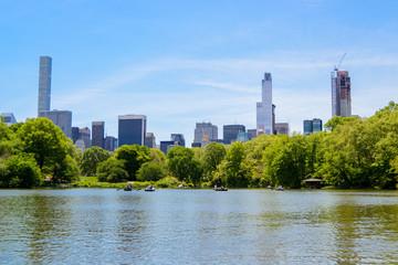 Blick auf die Skyline von New York City von der Mitte des Central Park Sees