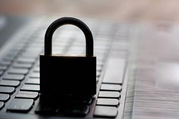 Computer-Tastatur und Vorhängeschloss als Symbol für Sicherheit im Internet