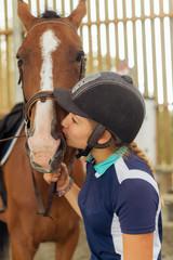 belle jeune fille câlinant son cheval