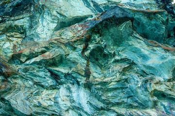 une roche aux teintes bleues et vertes