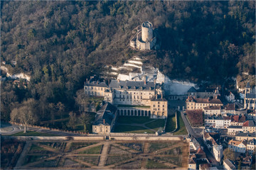 Vue aérienne du château de La Roche Guyon à l'ouest de Paris