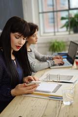 frauen arbeiten im café mit handy und laptop