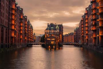 Hamburger Wasserschloss in der Speicherstadt an einem bewölkten Abend