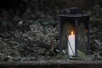 Brennende Kerze am Friedhof