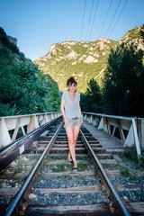 Femme sur le pont du chemin de fer de Villefranche de Conflent