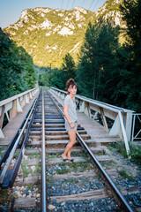 Femme sur le pont du chemin de fer