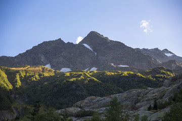 Горный пейзаж. Красивый вид на высокие скалы в живописном ущелье. солнечная погода. Дикая природа и горы Северного Кавказа