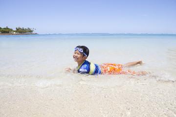 南国のビーチと男の子