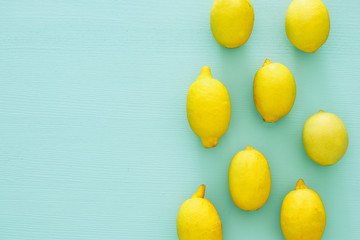 Top view of fresh lemons over blue wooden background Fototapete
