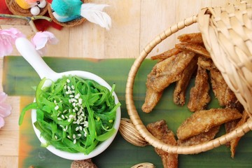Seaweed salad with fried fish is delicious