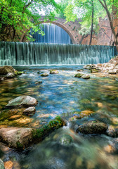Rauschender Wasserfall mit Brücke in wunderschöner Färbung und Landschaft