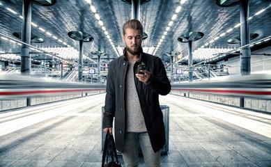 Reisender bei Ankunft am Hauptbahnhof mit Gebäck