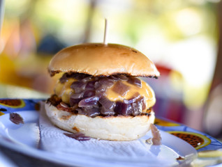 Hambúrguer com Cebola Caramelizada