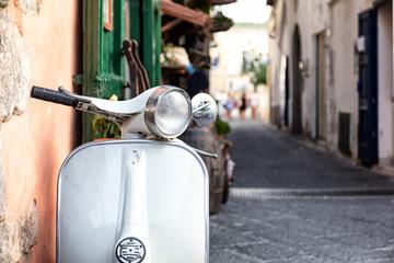 Fotobehang Scooter Gros plan d'un scooter emblématique Italien, Ischia, golfe de Naples, région de Campanie, Italie