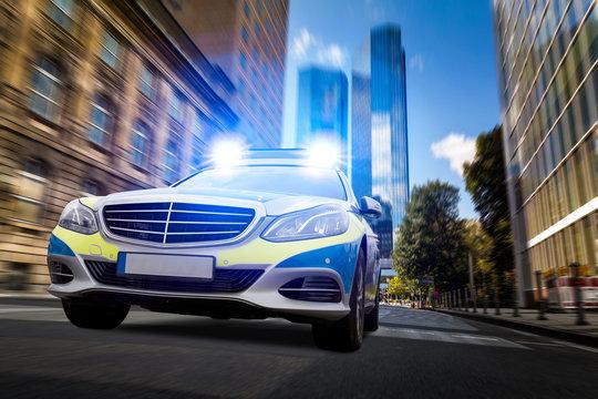 Polizeiauto in der Großstadt