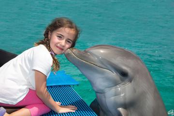 Delfin küsst junges Mädchen - Ein unvergessliches Erlebnis