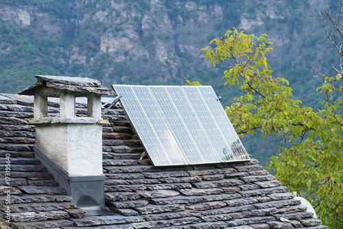 eine solaranlage auf dem dach eines hauses stockfotos und lizenzfreie bilder auf. Black Bedroom Furniture Sets. Home Design Ideas