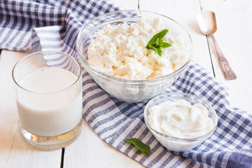 Foto auf Acrylglas Milchprodukt Dairy products in glass dishes on White wood