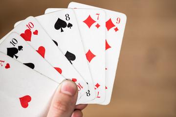 Spielkarten in Männerhänden