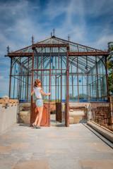 Femme devant l'orangerie du Parc de l'Abbé Saunière
