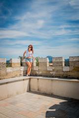 Femme en haut de la tour Magdala du Parc de l'Abbé Saunière