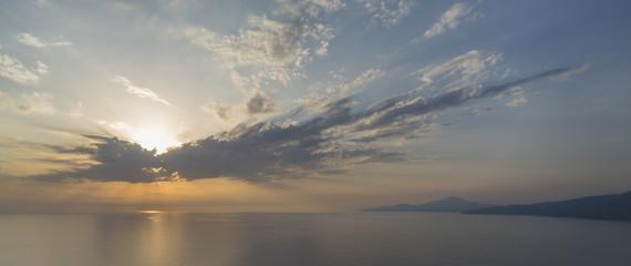 Sonne und Wolken an der Küste des Cilento bei Palinuro, Italien