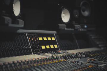Regieraum eines Tonstudiuos