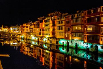 Reflets sur la rivière l'Agout à Castres de nuit