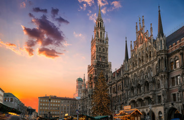Weihnachtsmarkt am Marienplatz in München bei Sonnenuntergang